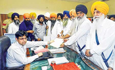 Sikh leaders and protesters handing over memorandum to Gurdaspur DC