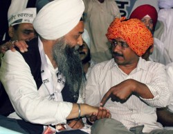 Journalist Jarnail Singh (L) and Arvind Kejriwal (R) [File Photo]