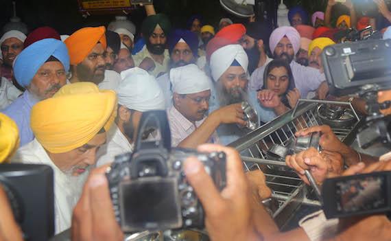 Arvind Kejriwal and others performing sewa at Darbar Sahib   Photo: Sikh Siyasat