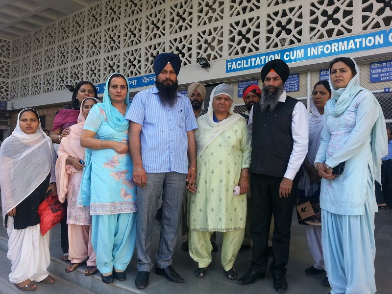Bibi Jagdish Kaur (Prime Witness against Sajjan Kumar) along with others outside the Delhi Court