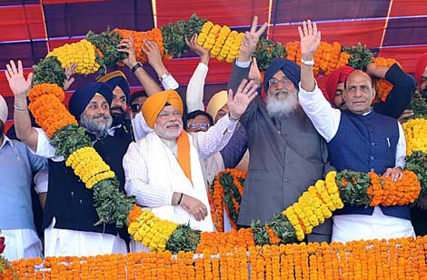 Sukhbir Badal, Bikram Majithia, Narindra Modi, Parkash Singh Badal and Raj Nath Singh during Jagraon Rally [February 23, 2014]