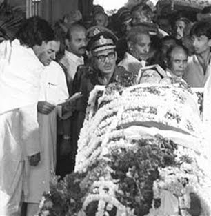 Amitabh Bachchan, along with Rajiv Gandhi can be seen next to dead body of Indira Gandhi